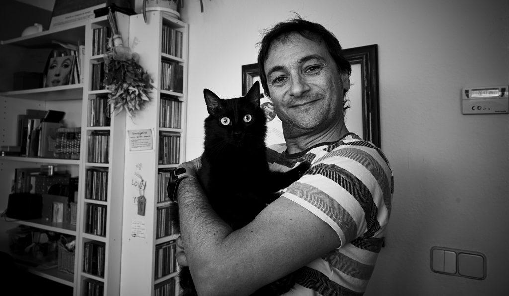 Antonio Bonachera con su gata Giger